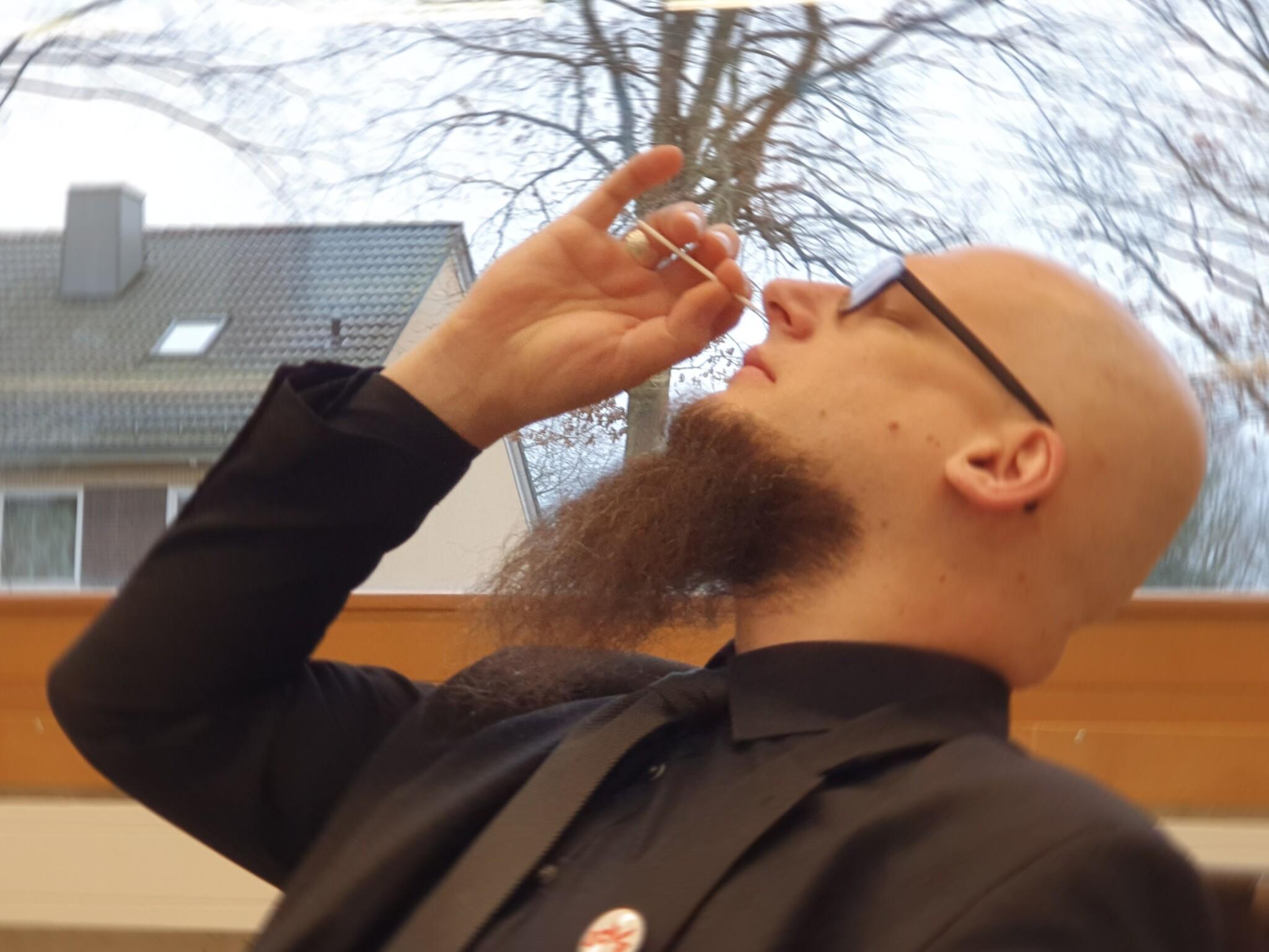 Herr Stapelfeldt bei einem Corona-Selbst-Schnelltest